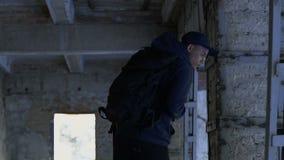 Ciekawy backpacker odprowadzenie przez ruin w ograniczonej niedopuszczenie strefie, turystyka zdjęcie wideo