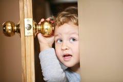 ciekawy dzieciak Obrazy Royalty Free