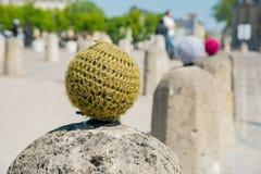 Ciekawy kamienny balowy opakunek w wełnie blisko Versailles fotografia stock
