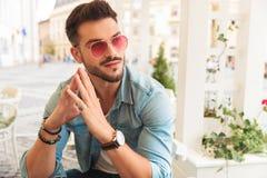 Ciekawy przypadkowy mężczyzna jest ubranym czerwonych okulary przeciwsłonecznych trzyma palmy wpólnie fotografia stock