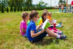 Ciekawy szkolenie w lato parku outdoors fotografia stock