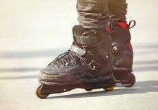 Cieki agresywny inline rollerblader na plenerowym skatepark Fotografia Stock