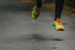 Cieki biegaczów mężczyzna ściskania skarpet fotografia royalty free