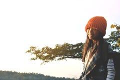 Cieki czerwony tenisówka dziewczyna w naturze i relaksują czas Obraz Stock