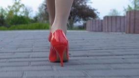 Cieki damy chodząca ulica w czerwonej szpilki kują samotnie, ryzyko atak, niebezpieczeństwo zbiory wideo
