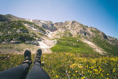 Cieki kobieta butów trekking relaksującej plenerowej podróży Zdjęcia Royalty Free