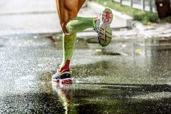 Cieki mężczyzna biegacza ściskania skarpet obraz stock
