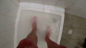 Cieki mężczyzna w prysznic zdjęcie wideo