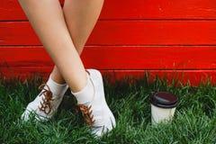 Cieki młodej dziewczyny pozycja na zielonej trawie Zdjęcie Royalty Free