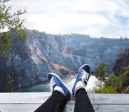 Cieki na drewnianej podłoga nad wysoką górą i błękitnym jeziornym tłem obraz stock