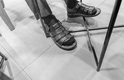 Cieki pojęcia z starymi brązów butami z przestrzenią dla teksta lub symbolu Fotografia Royalty Free