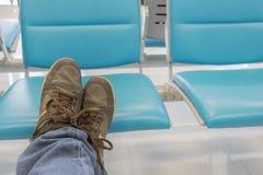 Cieki pojęcia z starymi brązów butami z przestrzenią dla teksta lub symbolu Zdjęcie Royalty Free