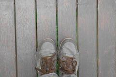 Cieki pojęcia z starymi brązów butami z przestrzenią dla teksta lub symbolu Zdjęcie Stock