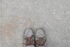 Cieki pojęcia z starymi brązów butami z przestrzenią dla teksta lub symbolu Obraz Royalty Free