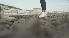 Cieki szczupła dziewczyna chodzą na skałach blisko rzeki zdjęcie wideo