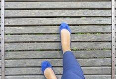 Cieki w butach na drewnianym moscie Fotografia Stock