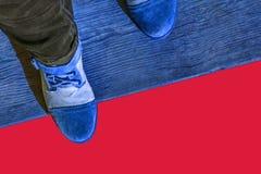 Cieki w butach na drewnianym tle zdjęcia stock