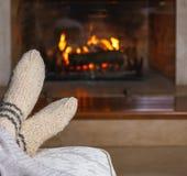 Cieki w ciepłych białych trykotowych skarpetach i szkocka krata przed grabą Wygodny zrelaksowany magiczny atmosfera domu wnętrze  zdjęcie royalty free