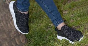 Cieki w sneakers w zielonej trawie Zdjęcie Stock
