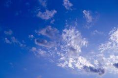 Ciel égalisant bleu avec des nuages, cumulus Fond, nature image stock