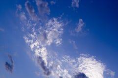 Ciel égalisant bleu avec des nuages, cumulus Fond, nature photographie stock