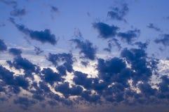 Ciel égalisant bleu avec des nuages, cumulus Fond, nature photo libre de droits