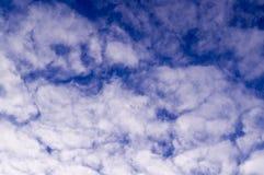 Ciel égalisant bleu avec des nuages, cumulus Fond, nature photos libres de droits