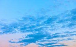 Ciel égalisant calme avec des nuages image stock