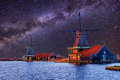 Ciel étoilé au-dessus des moulins à vent néerlandais du canal à Rotterdam Image libre de droits