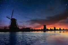 Ciel étoilé au-dessus des moulins à vent néerlandais du canal à Rotterdam Photos libres de droits