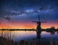 Ciel étoilé au-dessus des moulins à vent néerlandais du canal à Rotterdam Images stock