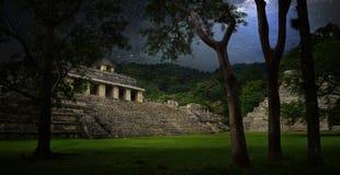 Ciel étoilé au-dessus des ruines et pyramides dans la ville antique de la PA Image stock