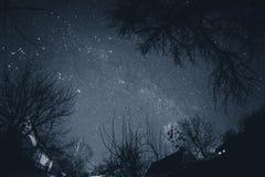 Ciel étoilé au-dessus du village Photos stock