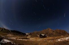 Ciel étoilé au-dessus du village d'Uzury sur l'île d'Olkhon image libre de droits