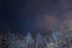 Ciel étoilé avec Capella et le Pleiades des Alpes photos stock