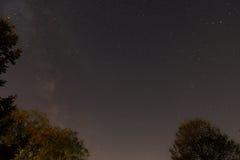 Ciel étoilé avec des certaines étoiles filantes et manière laiteuse Photo libre de droits