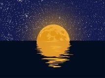 Ciel étoilé et pleine lune avec la réflexion dans l'eau Illustration Stock