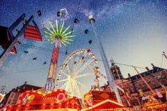 Ciel étoilé fantastique sur des attractions de parc d'attractions Photos libres de droits