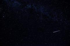 Ciel étoilé foncé avec l'étoile filante et la manière laiteuse Photographie stock libre de droits