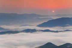 Ciel étonnant d'aube au-dessus des montagnes Photographie stock libre de droits