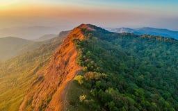 Ciel étonnant d'espace libre de vue sur la montagne supérieure avec la couleur différente du ciel deux Photo stock