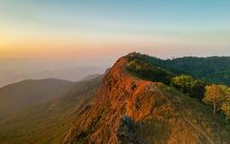 Ciel étonnant d'espace libre de vue sur la montagne supérieure avec la couleur différente du ciel deux Photo libre de droits