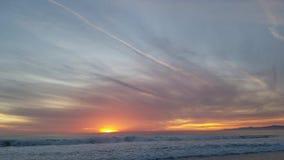 Ciel étonnant de coucher du soleil de soirée filtrant au-dessus du sable 4k banque de vidéos