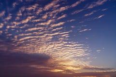 Ciel étonnant et lever de soleil de matin Beau paysage avec la vue sur les nuages rouges jaunes abstraits Image libre de droits