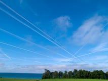 Ciel aérien de carrefour avec la circulation de contrails d'avions à réaction Photo libre de droits