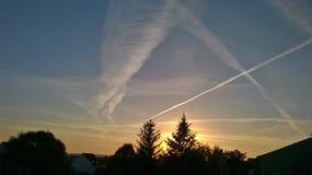 Ciel, arbres un crépuscule avec le paysage plat étonnant photographie stock libre de droits
