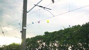 Ciel au coucher du soleil avec des aérostats de vol Ballons à air chauds volants dans le ciel clips vidéos