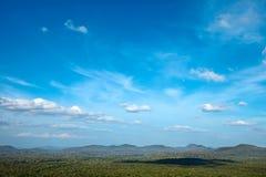 Ciel au-dessus de petites montagnes Images libres de droits