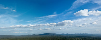 Ciel au-dessus de petites montagnes Images stock