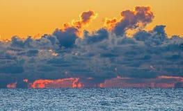 Ciel au-dessus du lac Ontario sur le feu au lever de soleil images stock